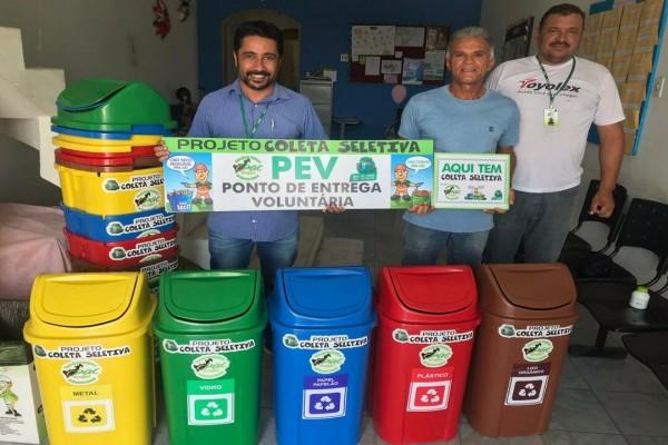 Consórcio Público entrega coletores de materiais recicláveis a Secretaria Municipal de Educação de Areia Branca